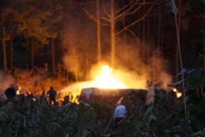 Xe bồn chở xăng lao xuống vực bốc cháy ngùn ngụt sau tai nạn, tài xế tử vong