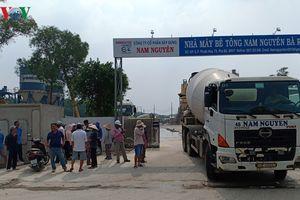 Hàng trăm hộ dân phong tỏa cổng nhà máy xi măng vì ô nhiễm