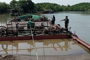 Bắt giữ 5 sà lan khai thác cát trái phép trên biển Cần Giờ