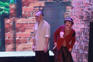 Vở kịch 'Thị Nở, Chí Phèo' được cách tân với trang phục dát vàng xa xỉ