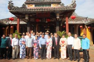 Đoàn Ủy ban Trung ương Mặt trận Lào tham quan phố cổ Hội An