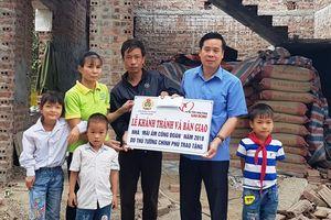 LĐLĐ tỉnh Ninh Bình trao tiền hỗ trợ xây nhà Mái ấm công đoàn cho CNLĐ