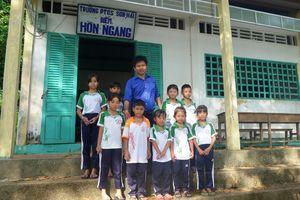 Kiên Giang: Cảm phục thầy giáo trẻ một mình 'bám đảo' dạy chữ cho con em ngư dân