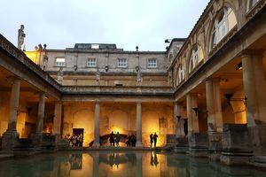 Hồ tắm và đền thờ La Mã 2000 năm tuổi ở thành phố Bath nước Anh
