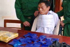 Người đàn ông 'ôm' gần 12.000 viên ma túy tổng hợp