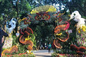 Mãn nhãn tác phẩm hình rồng 'khổng lồ' được tạo từ 1,2 tấn hoa quả ở Hà Nội