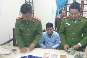 Khám nhà kẻ buôn ma túy, thu 3 bánh heroin, 14.000 viên hồng phiến