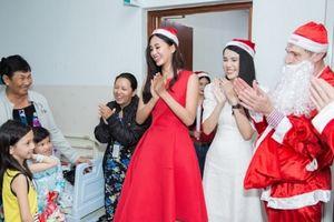 Hoa hậu 10X Tiểu Vy thực hiện điều ước Giáng sinh cho trẻ em có hoàn cảnh khó khăn
