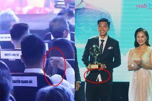 Khoảnh khắc hài hước Quả Bóng Vàng 2018: Quang Hải loay hoay không biết thắt cà vạt, Văn Hậu vội nhận giải quên 'sơ vin' áo vest