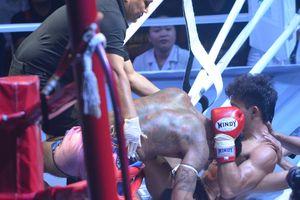Võ sĩ Duy Nhất suýt ngã nhào khỏi sàn khi đấu đối thủ Thái Lan