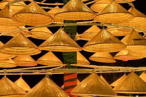 Ngắm nón lá đẹp lạ đón Giáng sinh trên phố Hà Nội