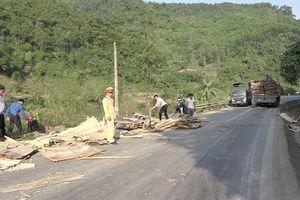 Lào Cai: Xe tải chở ván ép không che đậy gây tai nạn nghiêm trọng