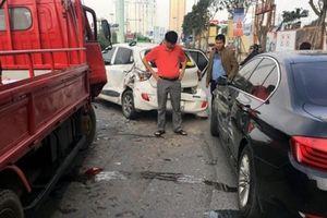 Hà Nội: Xe biển xanh gây tai nạn liên hoàn