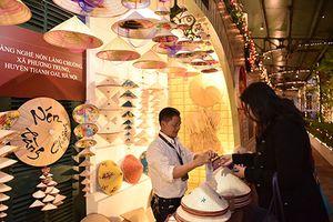 Khám phá nét đẹp làng nghề truyền thống trong không gian khách sạn lâu đời nhất Hà Nội