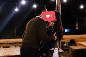 Hot girl Kiều Trinh bất ngờ đăng ảnh hôn chàng trai giấu mặt đêm Noel