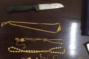 Hà Nội: Vờ vào xin nước rồi dùng dao khống chế nữ giáo viên cướp vàng