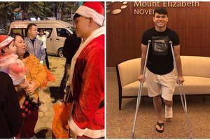 Hình ảnh cầu thủ Xuân Mạnh chống nạng tặng quà Noel cho những số phận khó khăn trên phố Hà Nội khiến nhiều người ấm lòng