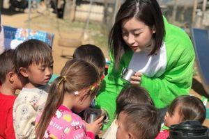 Hoa hậu Đỗ Mỹ Linh trở lại nơi 'cõng điện lên bản' thăm trẻ nghèo