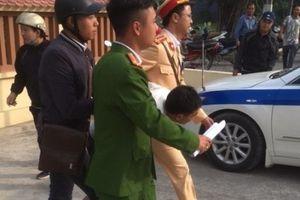 Hà Nội: CSGT khống chế tên cướp đang dùng dao uy hiếp cướp dây chuyền của nữ giáo viên