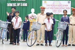 Công an Đà Lạt tặng xe đạp cho học sinh nghèo hiếu học