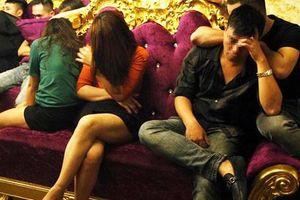 Nữ giáo viên đã mang 10 viên ma túy vào phòng karaoke để tổ chức tiệc