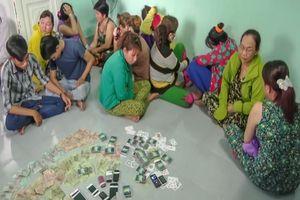 Cảnh sát phá sòng bạc 'quý bà' ở miền Tây
