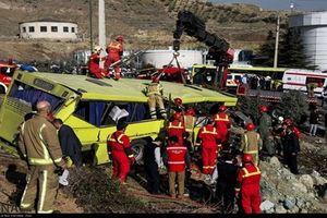 Xe buýt đâm vào cột bê tông trường học, 10 sinh viên thiệt mạng