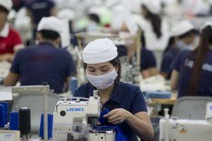 Bloomberg: Lực lượng lao động nữ thu hút nhà đầu tư nước ngoài đến Việt Nam