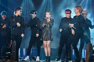 Zero9 song ca, nhảy minh họa cho Hoàng Yến Chibi trong liveshow đầu tiên của nhóm