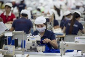 Bloomberg: Nhà đầu tư thích rót tiền vào Việt Nam vì lao động nữ chiếm đa số