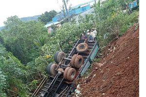 Lâm Đồng: Xe tải mất lái lao xuống vực sâu
