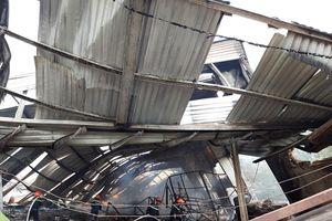 Lửa thiêu rụi hoàn toàn nhà xưởng sản xuất gỗ ở Bình Dương