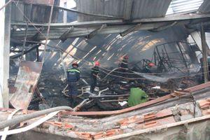 Cháy công ty gỗ giữa trưa, nhà xưởng đổ sập