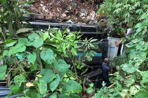 Xe tải chở cà phê lao xuống vực sâu, tài xế và phụ xe kẹt trong cabin