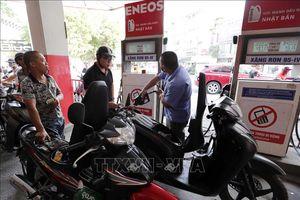 Giá xăng liên tục giảm, cước vận tải vẫn chờ cân đối
