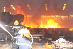 Cháy lớn ở xưởng gỗ hàng nghìn m2 khiến nhiều công nhân mất việc ngày cận Tết