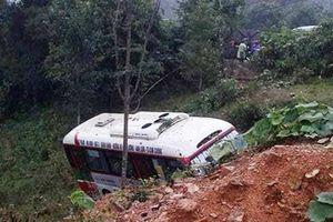Nghệ An: Xe buýt bị xe tải 'húc' văng xuống ruộng sau va chạm