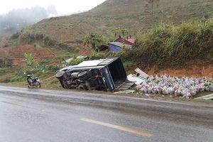 Mưa phùn đường trơn, xe tải 'ngã ngựa' hàng loạt trên QL6