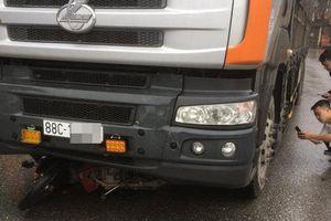 Yên Bái: Va chạm với xe tải, 2 mẹ con tử vong thương tâm