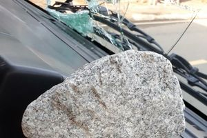 Bắt nhóm người ném đá gây vỡ kính nhiều xe tải ở Bạc Liêu