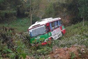 Bị xe tải tông, xe buýt chở gần 20 người lao xuống vực ở Nghệ An
