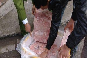 Truy đuổi gần 10 km, cảnh sát 'chặn' 2,5 tấn nầm lợn bẩn 'tuồn' ra thị trường