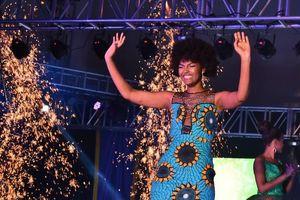 Bộ tóc giả của Hoa hậu châu Phi bất ngờ bốc cháy khi đăng quang