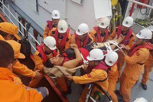 Vượt sóng lớn cứu 4 thuyền viên Philippines bị tai nạn lao động