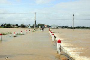 Cuối năm lũ vẫn đang 'vây ráp' Phú Yên và Bình Định, 1 người chết vì lũ cuốn