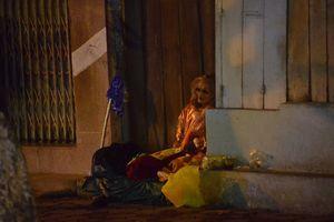 Lạnh 'cắt da cắt thịt' không muốn ra ngoài vậy mà người vô gia cư trùm chăn ngủ bên vỉa hè trong đêm rét khốc liệt