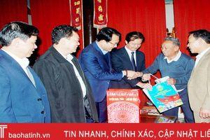 Nghi Xuân tặng 319 suất quà nhân dịp đón bằng công nhận đạt chuẩn NTM