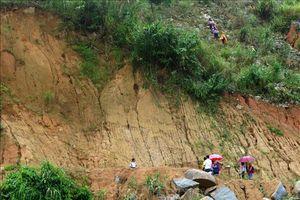 Mưa lớn, núi sạt lở sập nhà dân, 3 người chết và mất tích