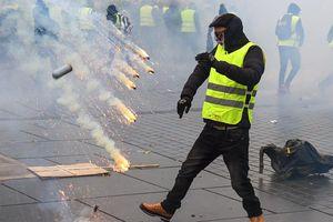 Ngân hàng Pháp chìm trong khói lửa do người biểu tình 'Áo vàng'