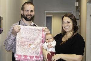 Nam bác sĩ đỡ đẻ 240 đứa trẻ, may chăn bông tặng các bé chào đời